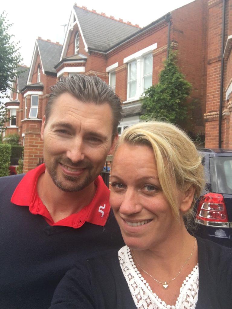 Linda o Michael vid en av sina fastigheter i UK